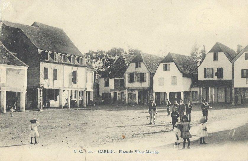 1406195436-Garlin-Place-vieux-Marche-