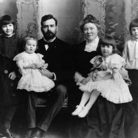 """Famille Hemingway : de gauche à droite Marcelline, Madelaine (""""Sunny""""), Clarence, Grace, Ursula et Ernest"""