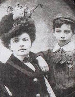 Louis Aragon et sa mère biologique Marguerite Toucas (1876-1942), présentée comme sa sœur.