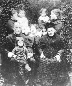 Famille Segalen entre ses grands-parents (1887). Source : https://fr.wikipedia.org/wiki/Victor_Segalen