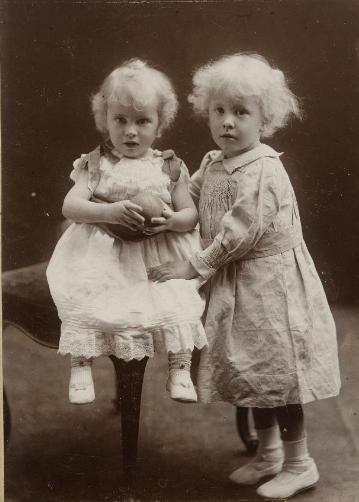 JRR debout et Hilary (1895). Source : https://tolkien.bodleian.ox.ac.uk
