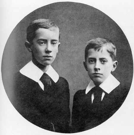JRR et son frère (1905). Source : http://lotr.wikia.com/wiki/J.R.R._Tolkien