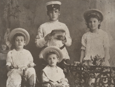 """Joseph Kessel debout à gauche à côté de sa cousine. En bas à gauche : Lazare Kessel. En bas à droite : George Kessel. Photo prise à Orenbourg en Russie peu de temps avant le départ pour Nice. Source : """"Kessel"""" d'Ivan Stephen, Alain Da Cunha, Arlette Moreau chez Plon (1985)"""
