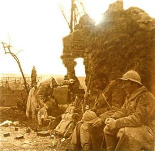 Soldats dans les ruines de Perthes-les-Hurlus. Source : Source : http://www.cndp.fr/crdp-reims/memoire/lieux/1GM_CA/villages_detruits/03perthes.htm