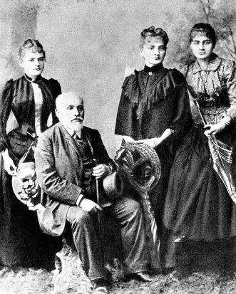 Sklodowski_Family_Wladyslaw_and_his_daughters_Maria_Bronislawa_Helena.jpg