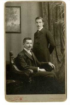 Alfred et Stefan (debout) en 1900. Source : https://fr.wikipedia.org/