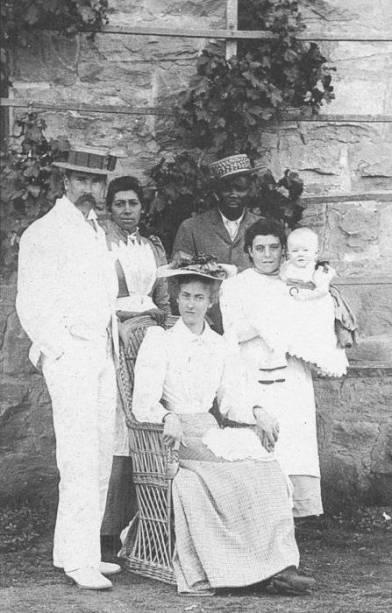 JRR dans les bras de la gouvernante de la Famille Tolkien (1892). Source : http://www.tolkiendil.com